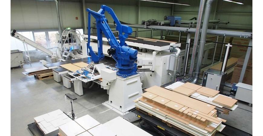 Fleksibel platebearbeiding med robotisert inn og utmating